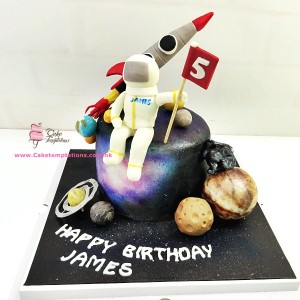 Solar system cake with Little astronaut